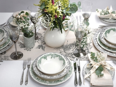 A mix of Spode Ruskin and Delamere Rural with white napkins and real floral sprays