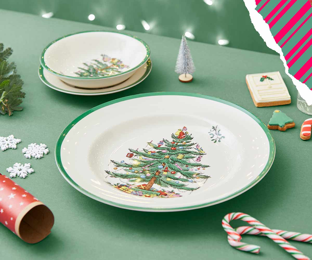 festive table, dinner plates, christmas tree tablescape